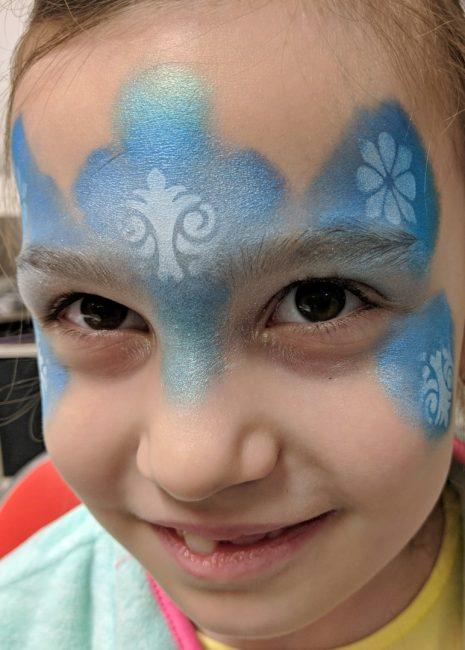 Jégvarázs arcfestés rozetta sablonnal, fehér arcfestékkel textúra festés