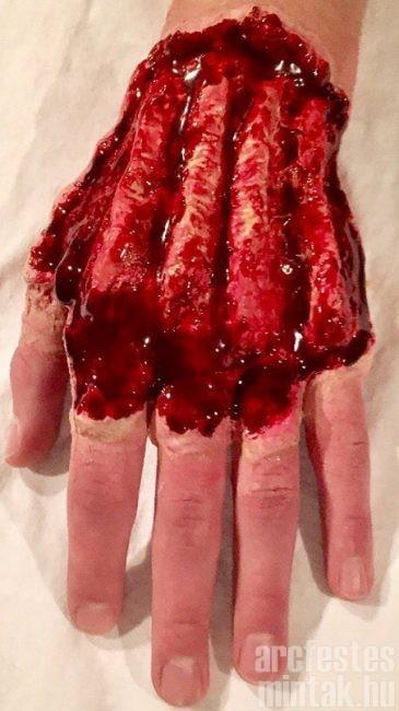 Nyitott kéz sérülés: Mehron wax és művér segítségével, forrás: misohungy